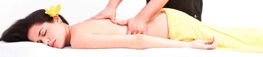 Paciente mulher realizando tratamento de massagem terapêutica na clínica